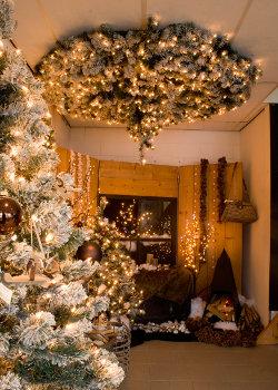 Aan plafond hangende kerstboom huren