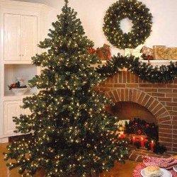 Impressie kerstboom, krans en kaarsen voor open haard