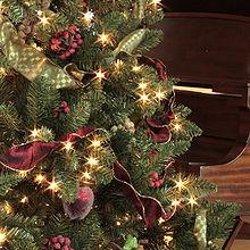 Impressie kerstboom met lichtjes en decoratie